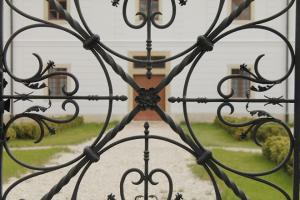garden_fancy_wrought_iron_castle.jpg